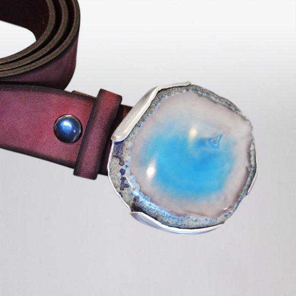 Ledergürtel mit blau-weißer Achatscheibe in Silber gefasst von Angelika Brinkmann