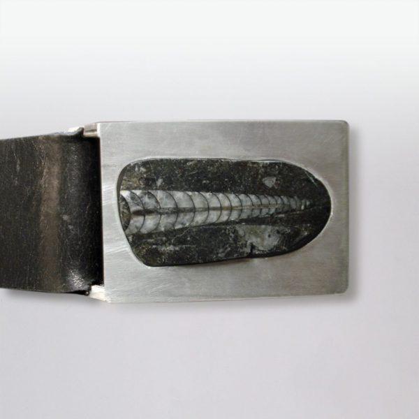 Ledergürtel mit Fossil in Silber gefasst von Angelika Brinkmann