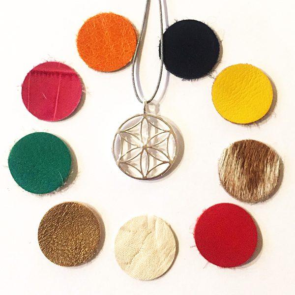Silberner Anhänger mit austauschbaren Farbplättchen von Angelika Brinkmann